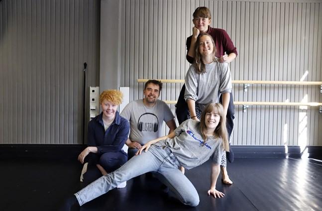 Gänget som skapar nytt inom dansen. Från vänster Maria Landmark, Sami Paavola, Åsne Storli, Minna Karttunen med Maria Autio på ryggen.