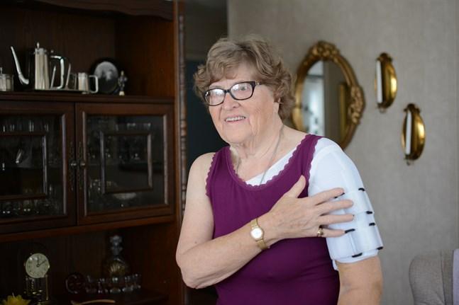 Gina Bäck ramlade så illa att hon bröt armen under ett besök på dotterns sommarstuga på Utgrynnorna i Norrnäs. Hon är tacksam över den hjälp hon fick av såväl ambulanspersonal som brandkårister.