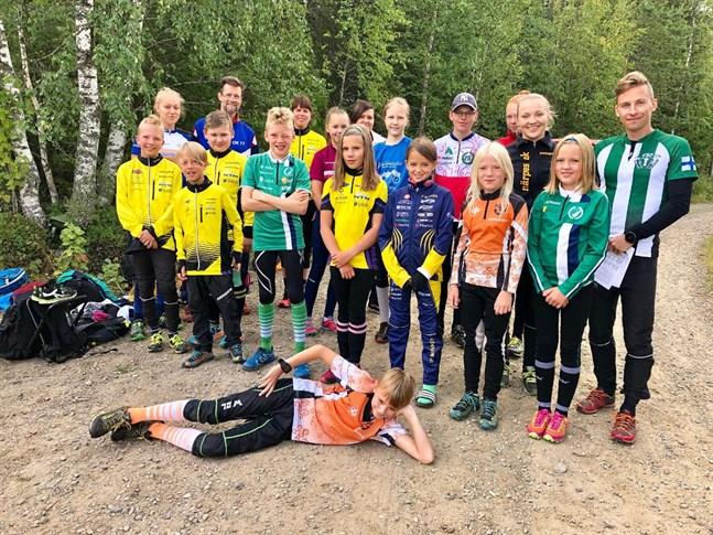 Här är cirka en tredjedel av deltagarna i FSO:s orienteringsläger. De ska bege sig ut i skogarna i Svartbäcken för att träna.