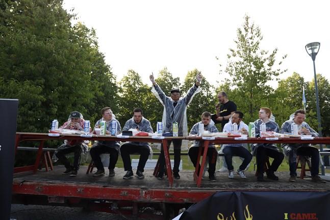 Jani Back, Jens-Peter Juntunen, Sami Korpela, Zakir Hossan, Jouni Mäkelä, David Ortiz, Micael Rönnlund och Patrik Nygård deltog i Chili burger challenge på Konstens natt.