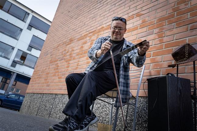 Juha Haapaniemi har lärt sig själv att spela på såg.