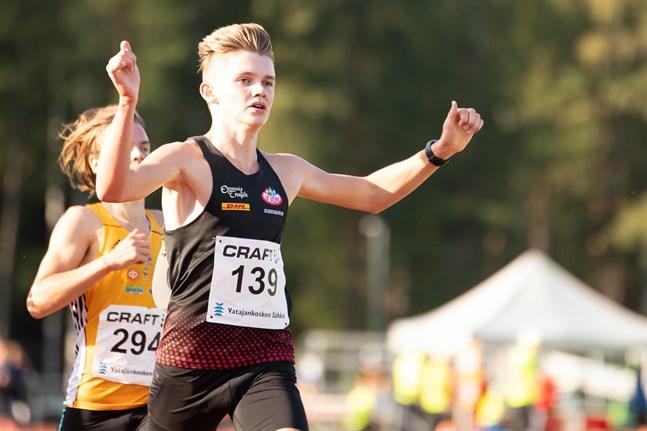 IF VOM:s Leonard Markén överskred mållinjen som förste man i C-heatet på 800 meter vid GP-tävlingen i Esbo på torsdagskvällen.