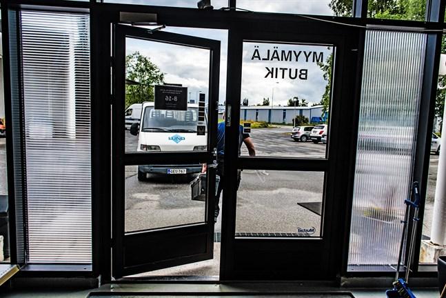 Inom loppet av en månad har tjuvar två gånger tagit sig in genom att krossa glasrutorna vid butikens ingång.