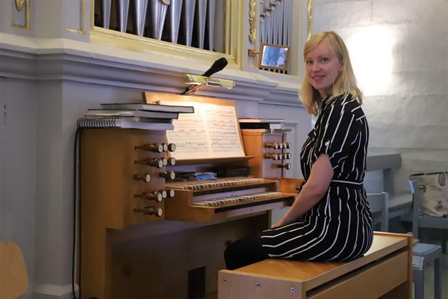 Karolin Wargh vid orgeln i Solf kyrka.