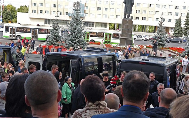 Människor samlas för en minnesceremoni för de fem ryska kärnkraftsingenjörer som dog i explosionen vid Vita havet,