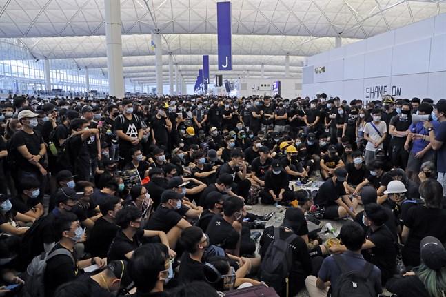 Tusentals demonstranter tog sig in i huvudterminalen vid Hongkongs internationella flygplats på måndagen.