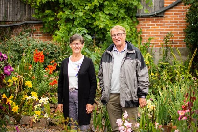Gunvor Granlund och Sven-Erik Nygren är redo att fira Trädgårdsodlingens vänners 100-års dag.