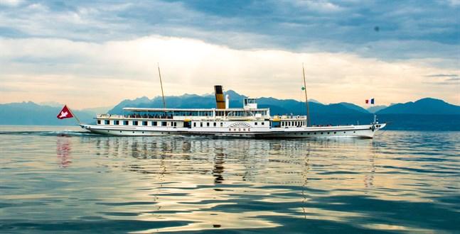 De vita hjulångarna är Genèvesjöns stolthet och går fortfarande i reguljär trafik mellan städerna och byarna runt sjön.