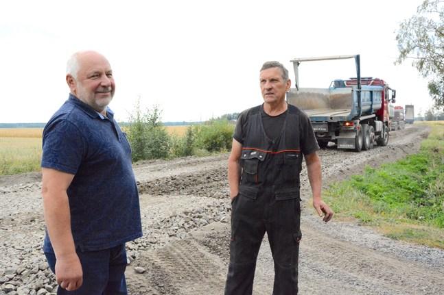Johan Böling och Nils-Erik Jansson lyfter på hatten för alla som medverkat till grundförbättringen av Vettmossvägen i Yttermark.