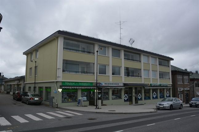 Närpes sparbanks styrelse har godkänt en försäljning av sparbankshuset vid övre torget i Kristinestad.  Banken kommer att kvarstå som hyresgäst.