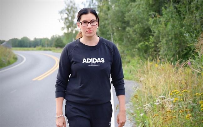 Jessica Hemming har informerat både Malaxbor och myndigheter om vilken fara de oskötta dikeskanterna på Åminnevägen utgör.
