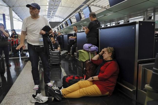 Resenärer väntar på att incheckningsdiskarna ska öppna på tisdagen.