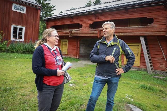 Anni Lehtimäki och Carl-Erik Forth önskar att ännu fler skulle delta i kurser och byggnadsvårdskvällar. De delar gärna med sig av sin kunskap om traditionella stugor och metoder.