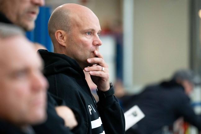 Fredrik Norrena är inte längre målvaktstränare i TPS ligalag utan börjar bygga en ny tränarkarriär via A-juniorerna.
