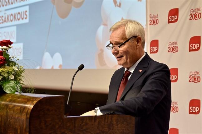 Antalet ministermedarbetare i regeringen har väckt debatt. Enligt statsminister Antti Rinne kommer man att se över antalet medarbetare vid årsskiftet.