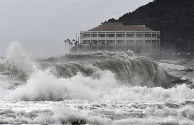 Höga vågor i sydvästra Japan, där den tropiska stormen Krosa rasar.