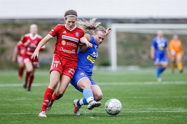 Nea Nyrhinen slog inlägget som resulterade i FC Sports kvittering. Här i kamp om bollen med GBK:s Ida Backman.