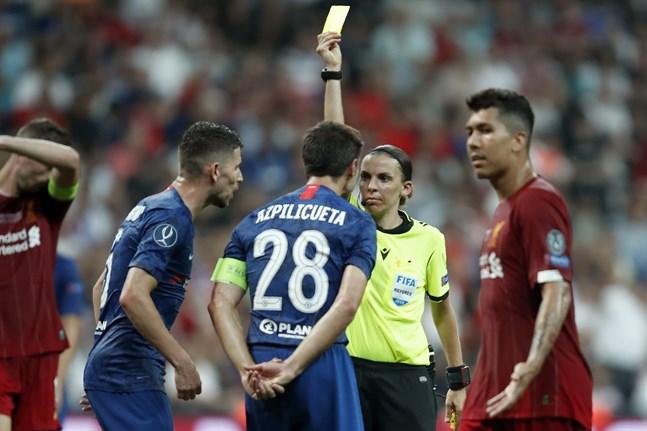 Historiska huvuddomaren Stéphanie Frappart visade bland annat ett gult kort till Chelseas lagkapten César Azpilicueta i supercupfinalen som Liverpool vann efter straffläggning i Istanbul, Turkiet.