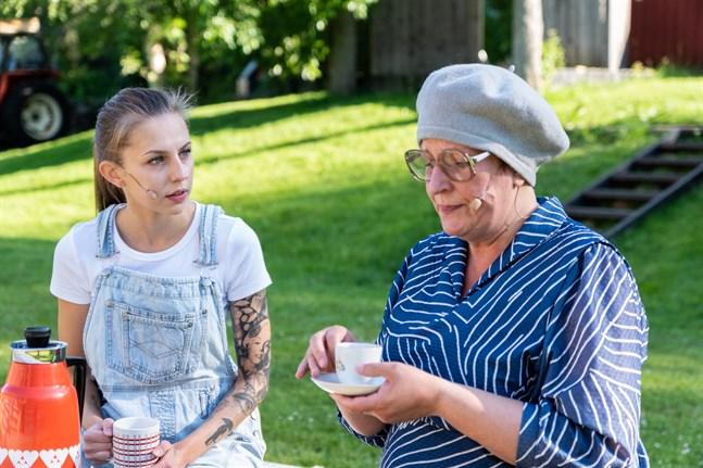 """Det blir ingen sommarteater vid Åliden i år. I fjol spelade man pjäsen """"All vår möda och alla våra drömmar"""" med bland annat Cajsa Östman (t.v) och Carina Viklund-Östman i rollerna."""