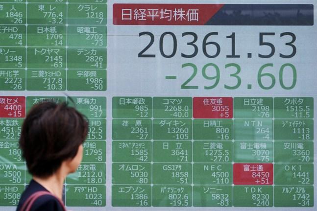Nervösa börser. Bilden är från Tokyo i torsdags, då många index pekade nedåt.
