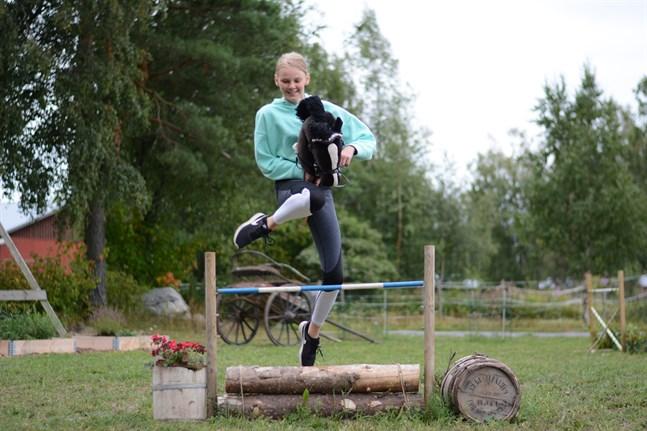 Käpphästhoppning är en så pass stor gren i Finland att det till och med ordnas finska mästerskap. Emma Långström har varit med i tre tävlingar hittills. Här hoppar hon med käpphästen Lalle.