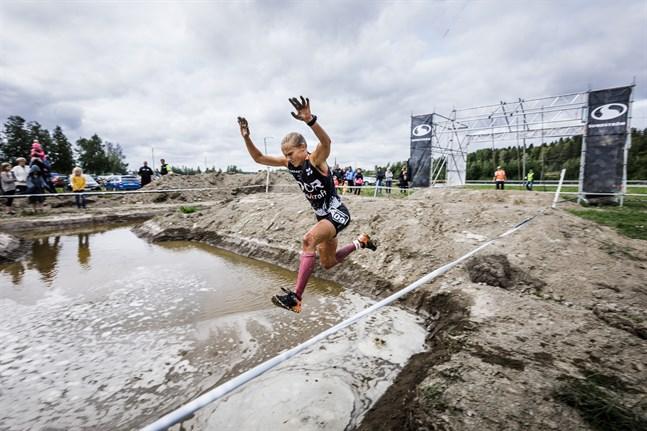 Therese Hatt säger att styrkan är hennes största styrka i hinderbanelopp. Att hon tappar placeringar på löpsträckorna men tar igen det på hindren. Bilden är från Toughest i Vörå förra året.