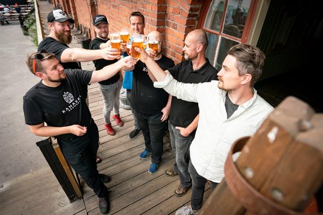 Bryggarna Nicke Kavilo (Kahakka), Kalle Hirvikoski (Moose on the loose), Daniel Löf (Jacobstads), Carl-Erik Höglund (Keppo), Patrik Willför (Kvarken)(skymd), Lasse Pettersson och Jura Mikkonen (Bock's) skålar för ölfestivalen.