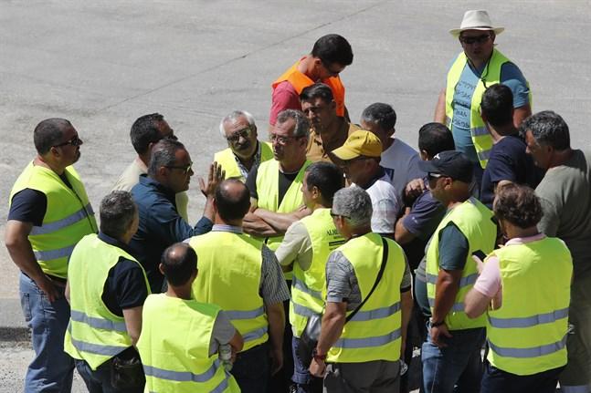 Strejkande tankbilsförare i Portugal under veckan. Nu har de enats om att återgå till arbetet.