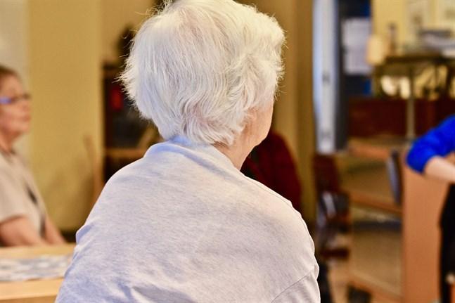 Fler än var tredje pensionär på landsbygden har svårt att få ihop till mediciner och hyra, medan bara var fjärde i städerna upplever svårigheter med dessa utgifter.