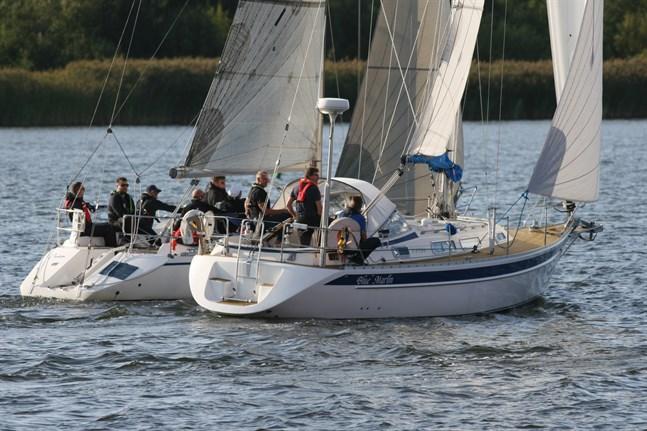 Segraren Cram från Vasa (till vänster) och Blue Marlin från Oravais som blev åttonde. Bilden är tagen strax efter starten.