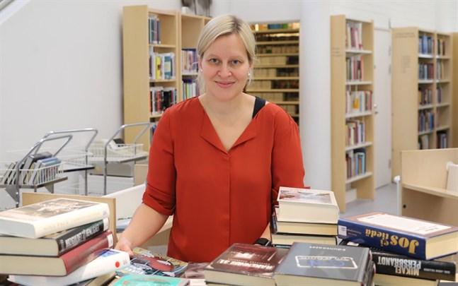 Maria Kronqvist-Berg berättar att Korsholmarna är försiktigt positiva till självbetjäning i bibliotek.