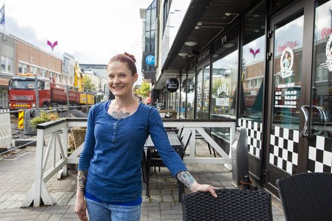 Helka Rahkonen som är delägare i Rock´n Roll Diner tror att Strandgatan blir bra när den väl är klar. Tills dess är det bara att stå ut.
