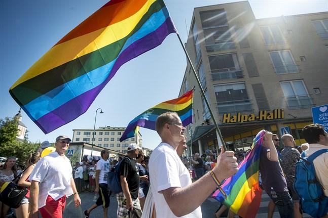 Alla nya tendenser i samhället är inte bra, samma sak gäller gamla. Men alla som grundar sig på etik, empati, solidaritet, kärlek och välvillig forskning ska vi ta till oss och befrämja, skriver Göran Ekström. Bilden är från prideparaden i Jakobstad 2014.