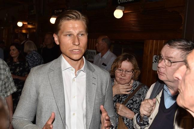 Riksdagsledamot Antti Häkkänen förundrar sig över Centerns helomvändning.