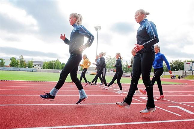 Matilda Nyman (t.v) och Ida Backman tycker att morgonträningarna är ett bra sätt att komma igång med dagen.