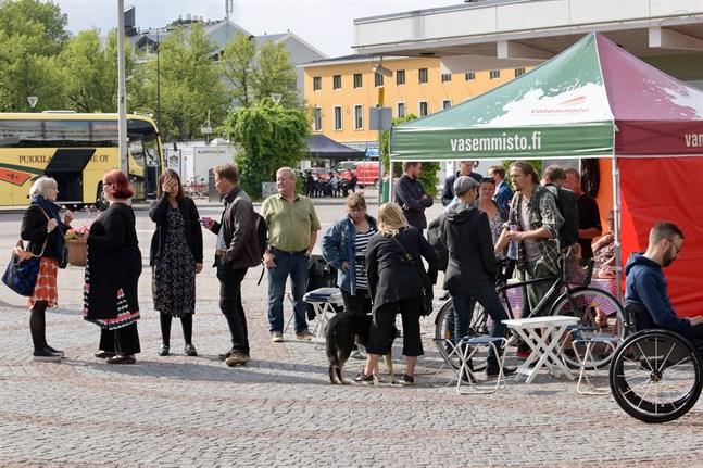 Före Vänsterförbundets möte i Borgå träffade politikerna Borgåbor på torget.