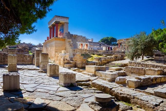 Varför inte ta en charter till Kreta med barnen och låta dem uppleva sagorna i den grekiska mytologin? Knossos, med sin spännande labyrint, når du lätt från alla delar av ön.