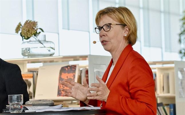 SFP:s ordförande Anna-Maja Henriksson kräver en terapigaranti för att främja psykisk hälsa.