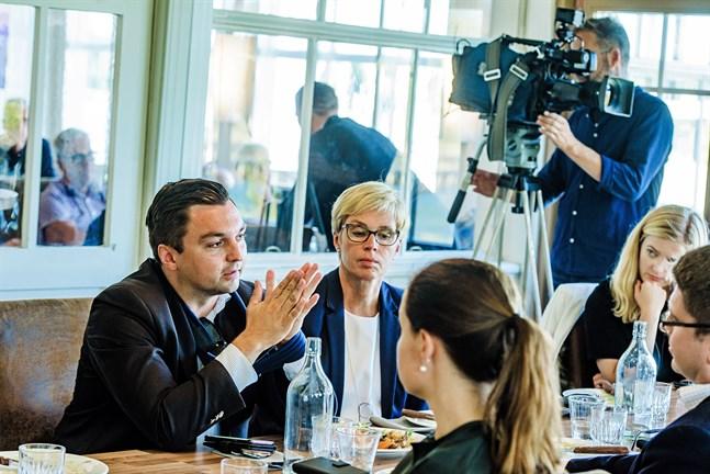 Joakim Strand med kolleger som Veronica Rehn-Kivi under en presslunch i Jakobstad. Arkivbild.