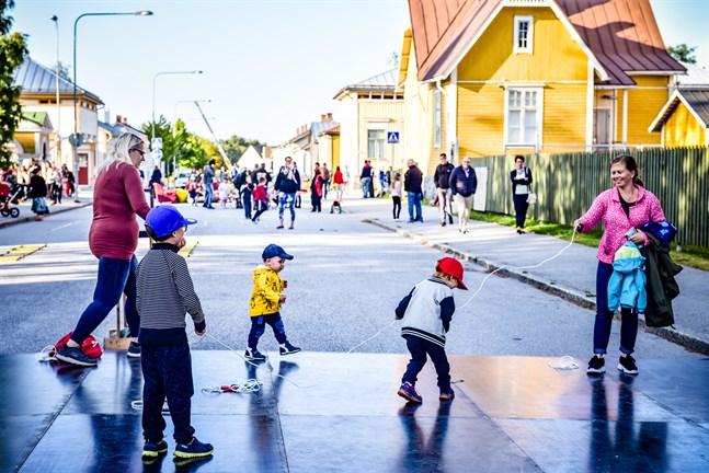 Kulturnatten i Nykarleby brukar samla alla åldrar till aktiviteter ute på gatorna och runt torget.