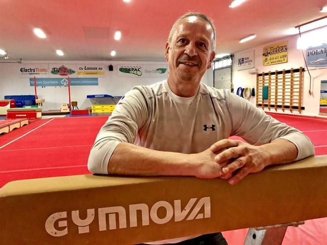 Fransmannen Jean-Pierre Lavachery är NGK-Artisticas nya proffstränare. Numera har Närpesföreningen två heltidsproffs på sin lönelista.