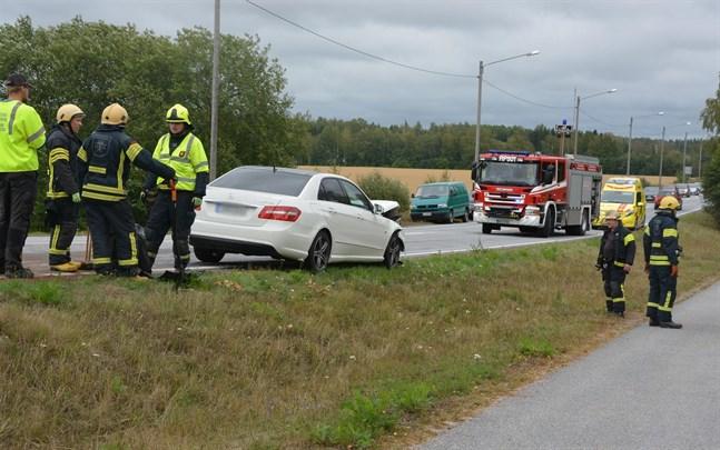 Plåtskador blev följden då två bilar krockade i backen nedanför rondellen i Näsby på fredagseftermiddagen. Den ena bilen hamnade i diket.
