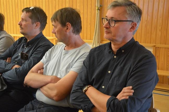 Tommy Sigg (till vänster) undrar hur Kaskös stora ekonomiska förlust ska kunna hanteras. Bredvid honom sitter Mikael Tåg och Kjell Svedman.