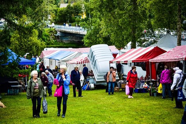 Juthbackamarknaden i Nykarleby brukar ordnas i augusti och vara en stor folksamling. I år är det osäkert om marknaden kan bli av.