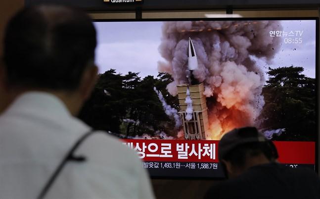 En tv-skärm på Seouls centralstation med lördagens rapportering om robotuppskjutningarna. Det är sjunde gången på kort tid som Nordkorea provskjutit vad som beskrivs som kortdistansrobotar.