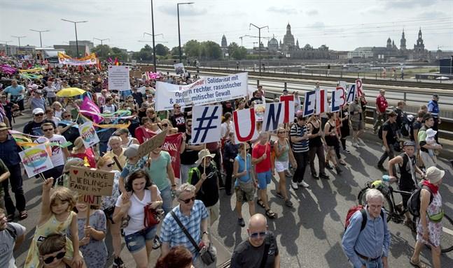 Tiotusentals demonstranter slöt upp vid en manifestation mot hat och rasism i Dresden.