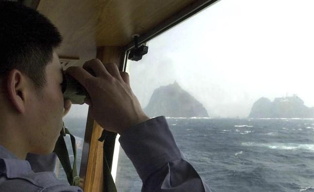 Sydkoreansk kustbevakning vid de omstridda Liancourt-öarna. Arkivbild.