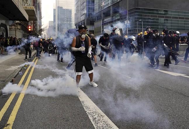 Hongkong-polisen använder tårgas för första gången på över en vecka. Bild från lördagen.