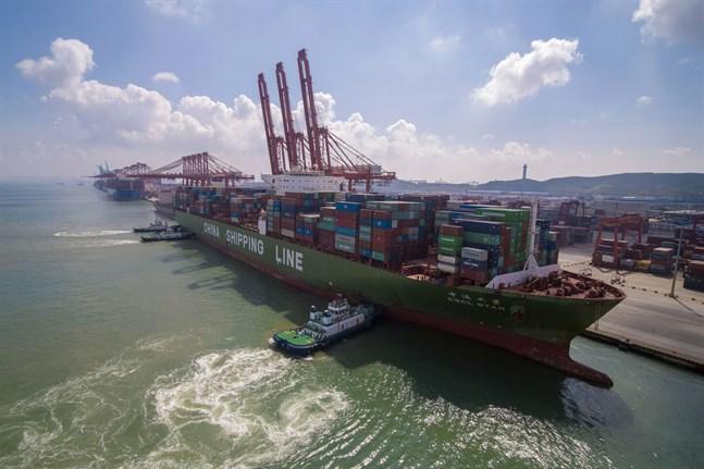 Ett kinesiskt containerfartyg vid en hamn i Qingdao i provinsen Shandong. Arkivbild.