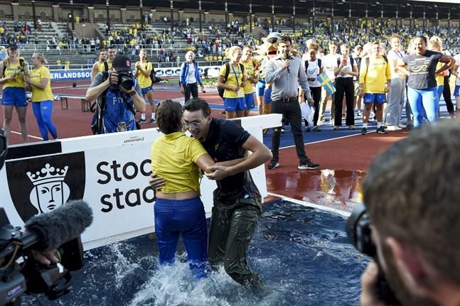 Sveriges lagledare Karin Torneklint och stavhopparen Armand Duplantis kastades i vattnet att Sverigekampen avslutades.